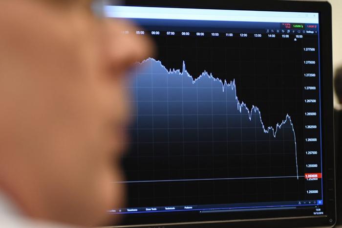 Крипто-биржи ненадолго перестали работать, так как биткойн обвалился более чем на 50%